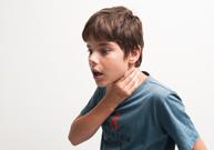 étouffé avec un objet, manœuvre de Heimlich, tape dans le dos, suffocation, quinte de toux, lèvres bleues